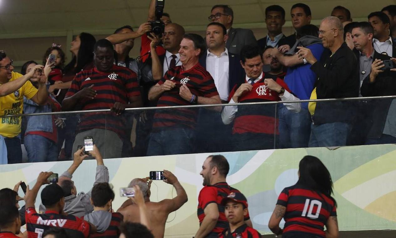 Na foto, o presidente Jair Bolsonaro ao lado do ministro da Justiça, Sergio Moro, durante o jogo CSA x Flamengo Estádio Mané Garrincha Brasília-DF Foto: Jorge William / Agência O Globo
