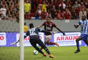 Vitinho, autor do primeiro gol, é bloqueado por Jordi, um dos melhores em campo Foto: Jorge William / Agência O Globo