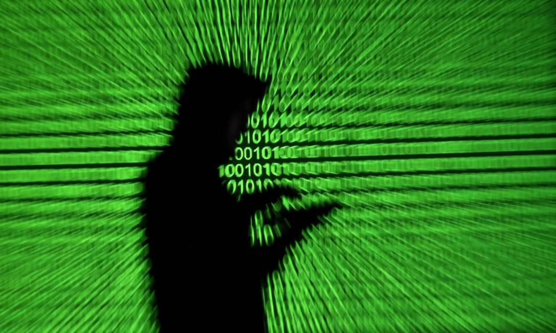 Ilustração mostra usuário de celular diante de painel de códigos binários Foto: DADO RUVIC 28-03-2018 / Agência O Globo