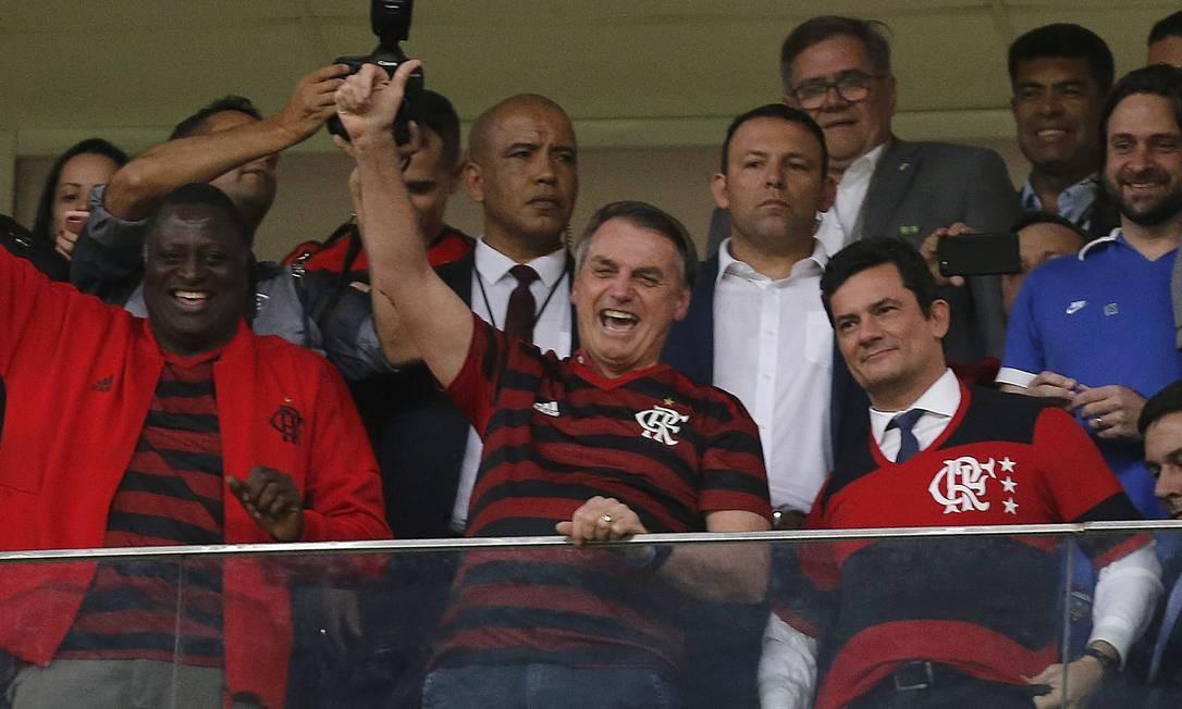 Bolsonaro e Moro assistem juntos a partida de futebol entre Flamengo e CSA, no estádio Mané Garrincha, em Brasília, após a divulgação pelo site The Intercept Brasil de diálogos entre o Moro e o procurador Deltan Dallagnol Foto: Jorge William / Agência O Globo - 12/06/2019