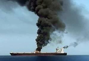 Navio em chamas no Estreito de Ormuz Foto: AFP