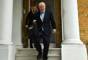 Boris Johnson deixa sua casa em Londres; o ex-prefeito da capital é ferrenho defensor do Brexit Foto: GLYN KIRK / AFP