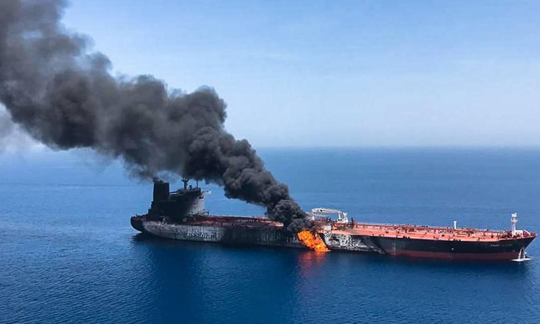 Equipes de resgate do Irã retiraram 44 pessoas das duas embarcações Foto: AFP