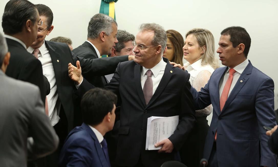 O relator da reforma da Previdência, deputado Samuel Moreira (PSDB-SP), e o presidente da Comissão da Reforma da Previdência, Marcelo Ramos, com os documentos que integram o relatório Foto: Jorge William