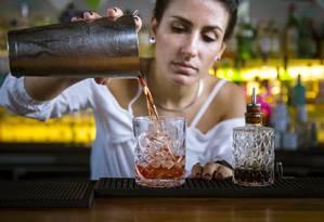 Vizinho. Jessica Sanches prepara o Tasty Negroni Foto: Leo Martins / Agência O Globo