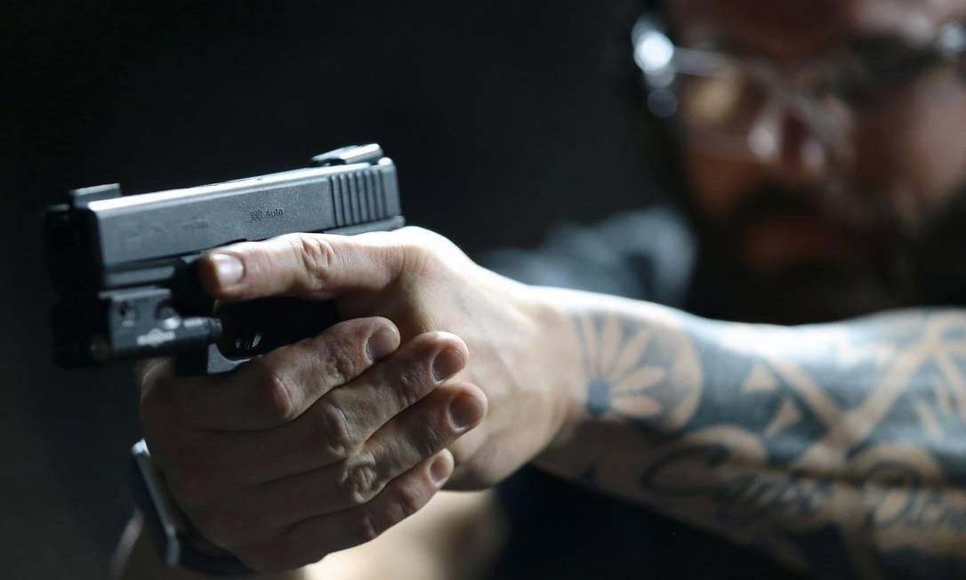 Na justificativa do projeto, então deputado estadual argumentou que 25% das armas da Polícia Civil foram reprovadas após perícia em 2015 Foto: Jorge William / Agência O Globo