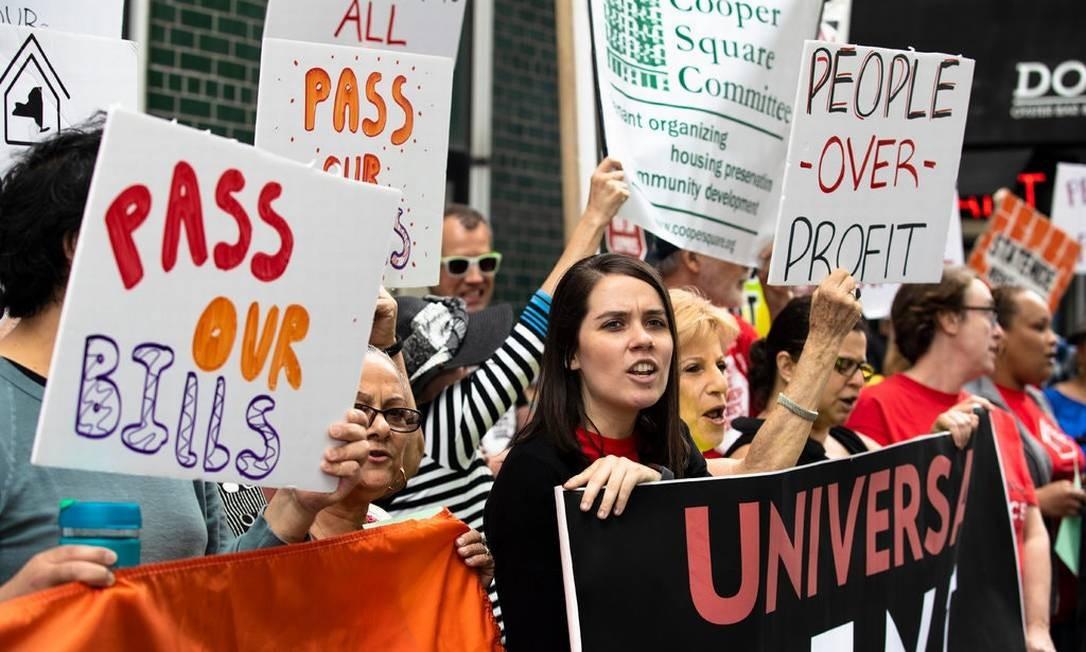 Moradores de Nova York fazem protesto por mudança na legislação que protege inquilinos Foto: Brittainy Newman/The New York Times