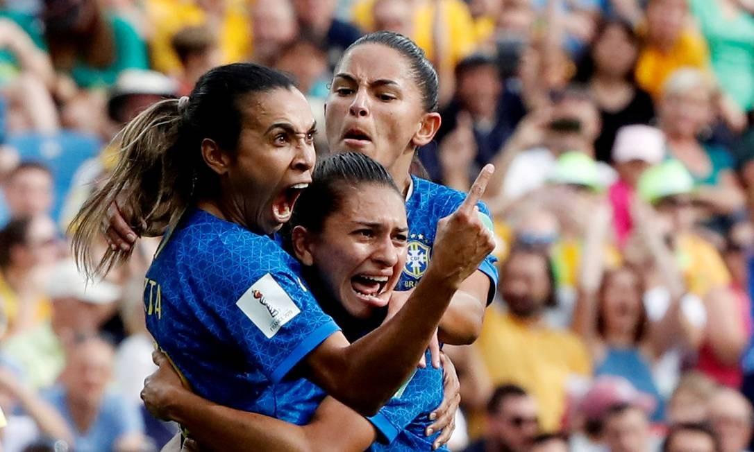 Marta é abraçada ao fazer o gol de pênalti Foto: JEAN-PAUL PELISSIER / REUTERS