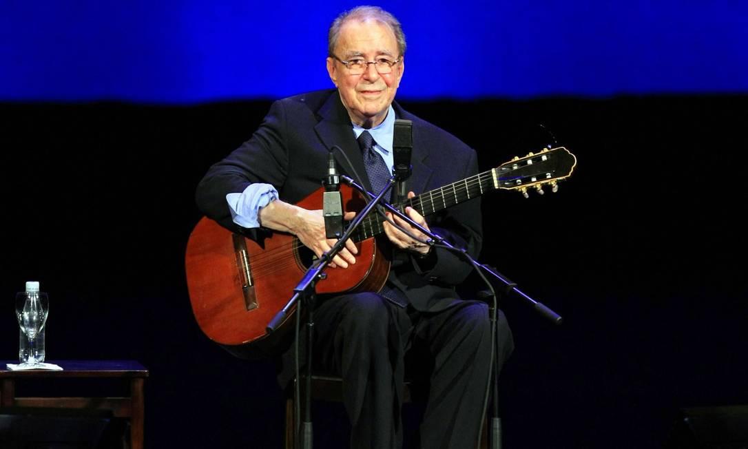 O cantor João Gilberto, 88 anos, em apresentação no Teatro Municipal do Rio - 24/08/2008 Foto: Leo Aversa / Agência O Globo