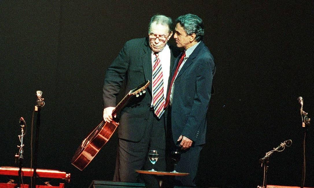 João Gilberto com Caetano Veloso em apresentação no Credicard Hall em São Paulo, no show de inauguração da casa de espetáculo - 30/09/1999 Foto: Luiz Carlos Santos / Agência O Globo
