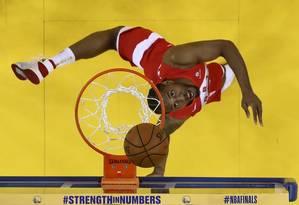 Kawhi Leonard, dos Raptors, prester a marcar contra os Warriors Foto: Lachlan Cunningham / AFP
