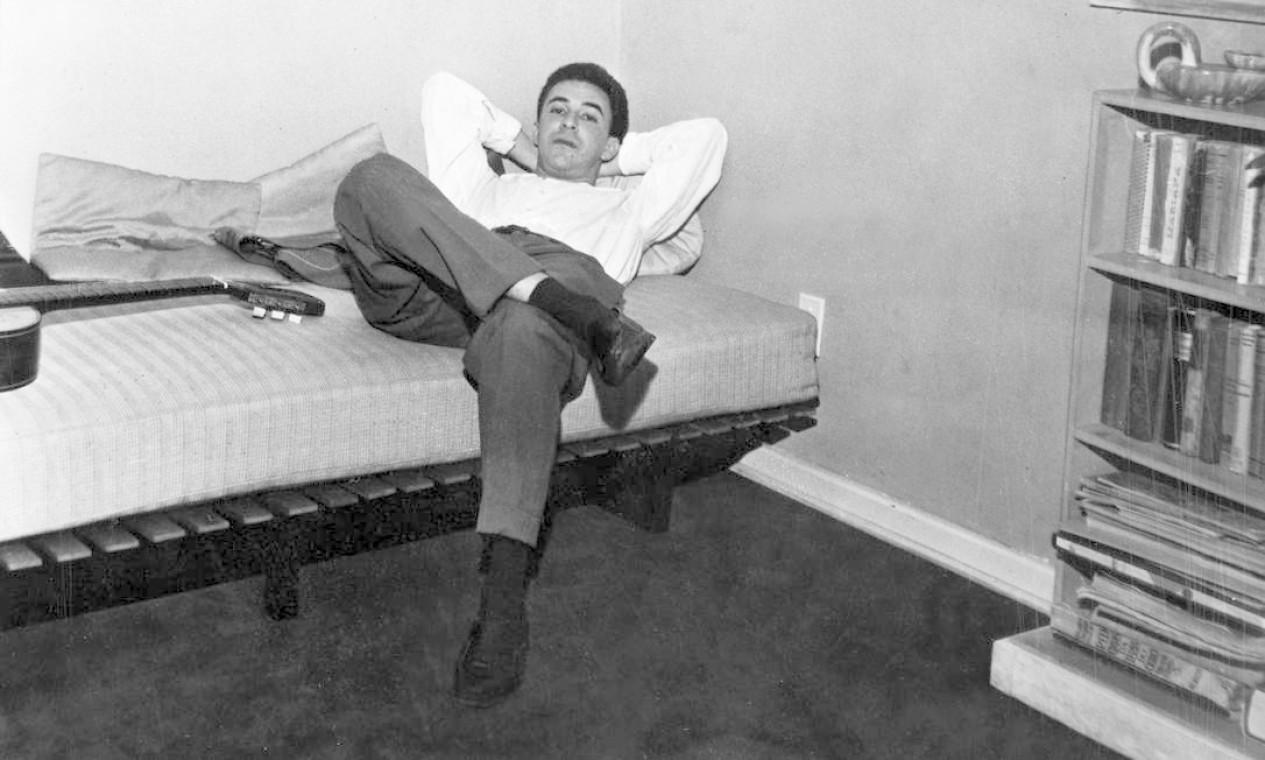 João Gilberto descansando após um de seus shows em Buenos Aires, Argentina, onde se apresentou no Clube 676, em 1962 Foto: Arquivo / Agência O Globo