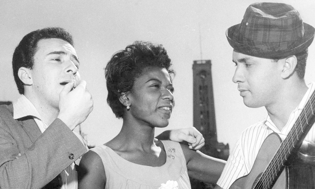 João Gilberto despede-se de Alaíde Costa e Luís Claudio, antes de embarcar para turnê em Buenos Aires, Argentina, em 1962 Foto: Arquivo / Agência O Globo