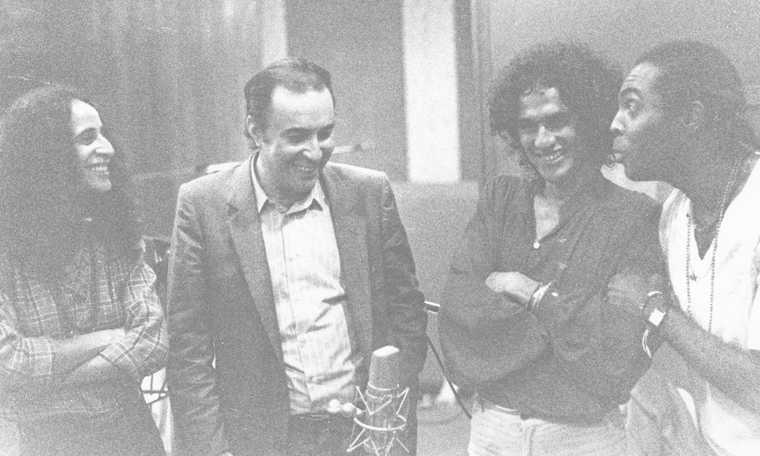 João Gilberto com Maria Bethania, Caetano Veloso e Gilberto Gil, em 1981 Foto: Rogério Sganzela / Divulgação