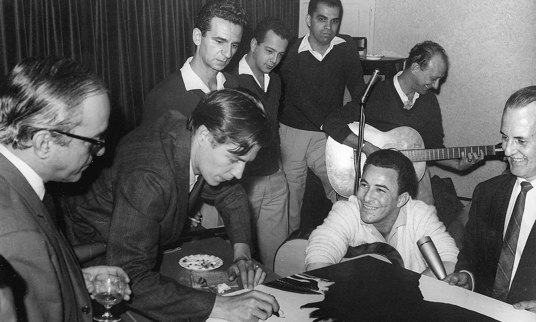 """O cantor com Vinicius de Moraes e Tom Jobim, autores de """"Chega de saudade"""", marco zero da Bossa Nova, gravada por João em 1958. Foto: Antônio Nery / Agência O Globo"""