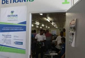 Os motoristas devem procurar diretamente o Detran-RJ para a emissão da segunda via do CRV. Não é preciso levar o carro Foto: Pedro Teixeira / Agência O Globo