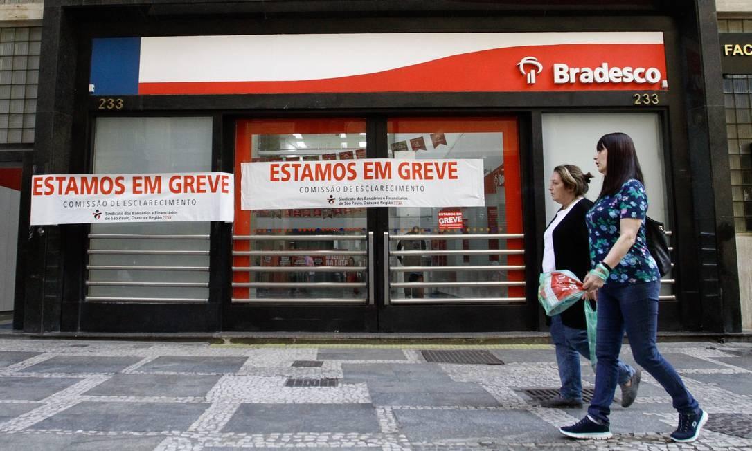 Bancos ficaram fechados em São Paulo na manhã desta sexta-feira,durante greve geral contra reforma da Previdência e cortes na educação Foto: Fábio Vieira / FotoRua/Agência O Globo