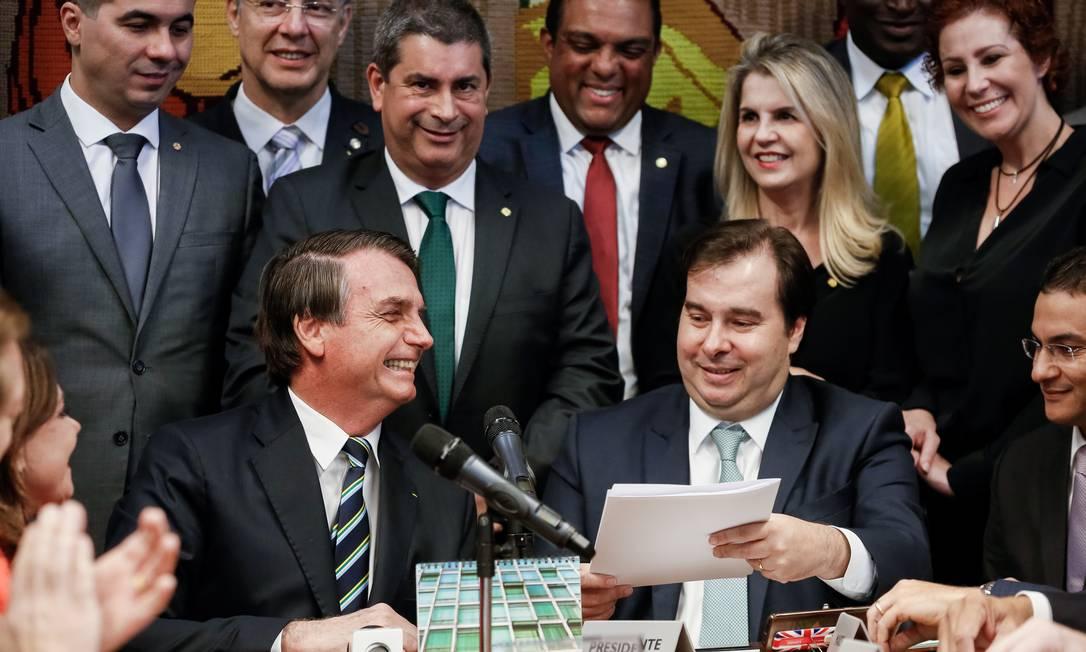 O presidente Jair Bolsonaro, em 4 de junho, vai pessoalmente à Câmara dos Deputados para entregar ao então presidente da Casa, Rodrigo Maia, o projeto de lei que propõe mudanças no Código de Trânsito Brasileiro (CTB) Foto: Carolina Antunes / Presidência da República