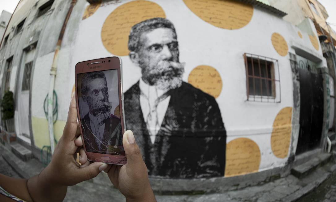 Grafite em homenagem ao escritor brasileiro Machado de Asis, perto da casa em que teria nascido, na Ladeira do Livramento Foto: GABRIEL MONTEIRO / Agência O Globo