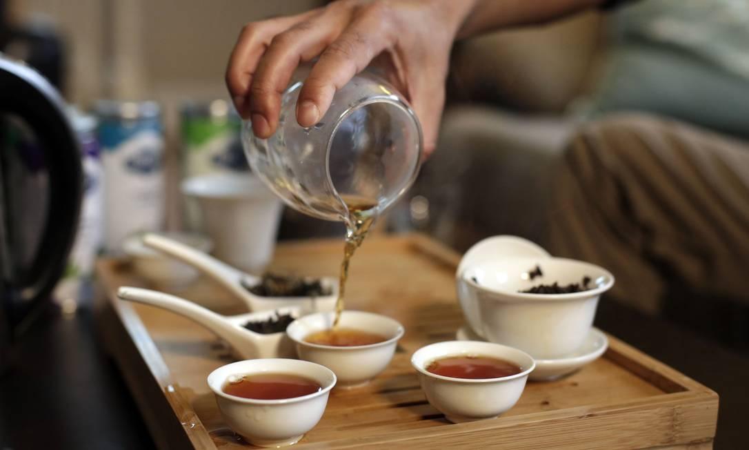 Rabin Joshi, um importador nepalês, serve xícaras de chá oolong em sua casa, no estado americano de Massachussets. Produtores nepaleses estão fazendo bons chás no mesmo tipo de terreno que fez a fama dos chás de Darjeeeling, na Índia Foto: HADLEY GREEN / NYT