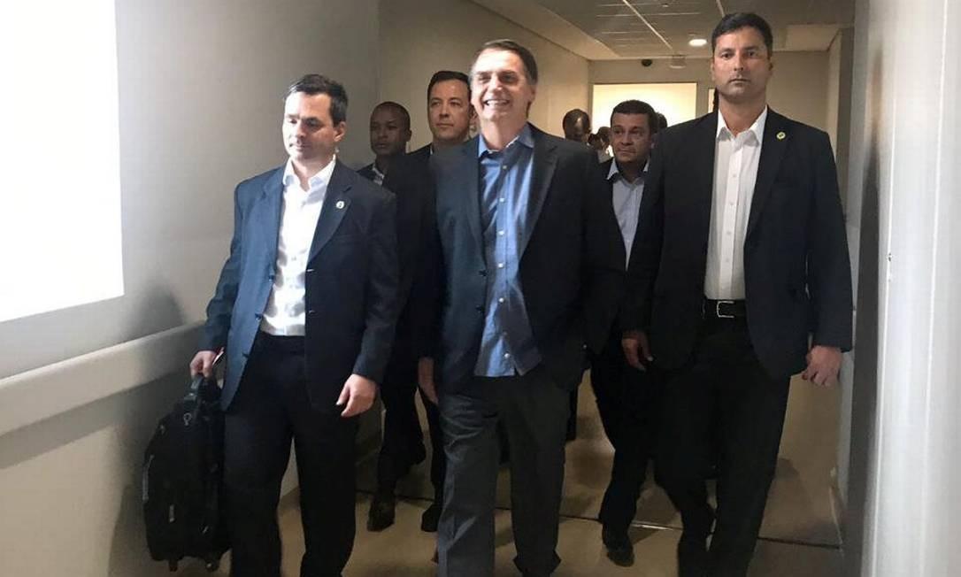 Em 13 de fevereiro, Jair Bolsonaro deixa o Albert Eisten, em São Paulo, para retomar sua rotina na Presidência. Os primeiros dias, contudo, foram de encontros com poucas pessoas, devido ainda à fragilidade imunológica após a cirurgia Foto: HANDOUT / Reuters