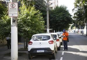 Agente com o talão de cobrança na Rua Cinco de Julho, no Jardim Icaraí: funcionários serão mantidos e terão acesso ao app para fiscalizar pagamento Foto: Fábio Guimarães / Agência O Globo