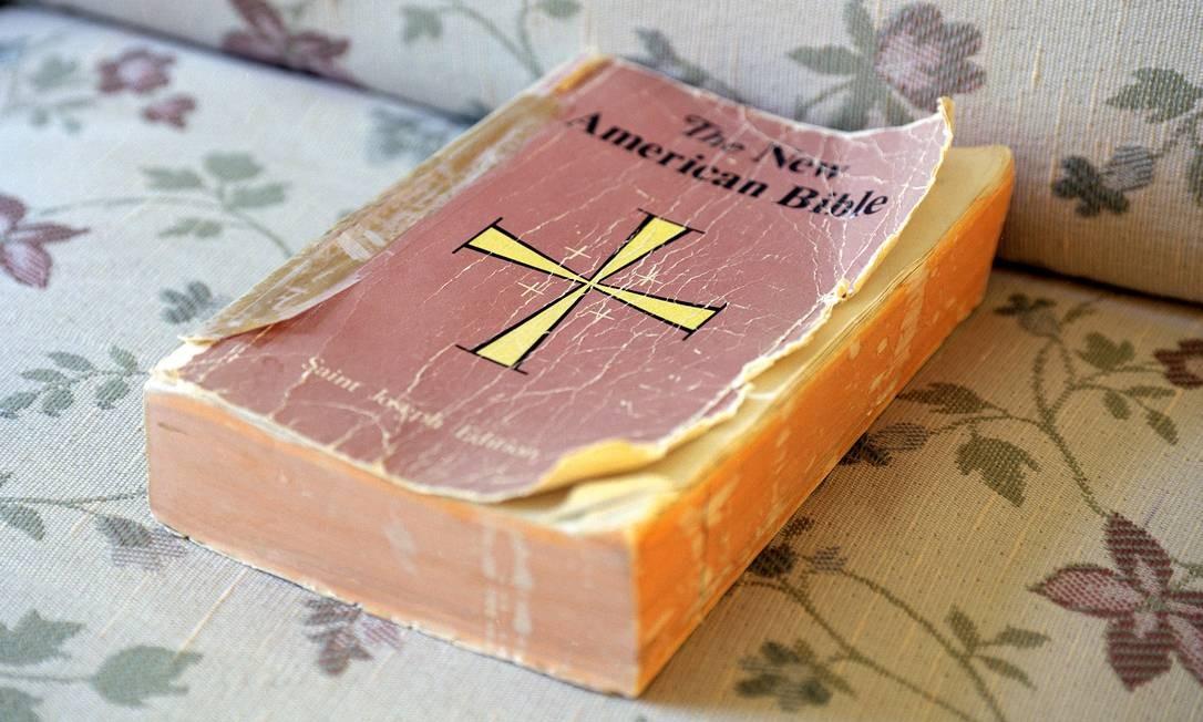 Uma Bíblia no convento das Sisters of Mercy, na Califórnia, para onde um grupo de millenials se mudpu por seis meses Foto: DAMIEN MALONEY / NYT