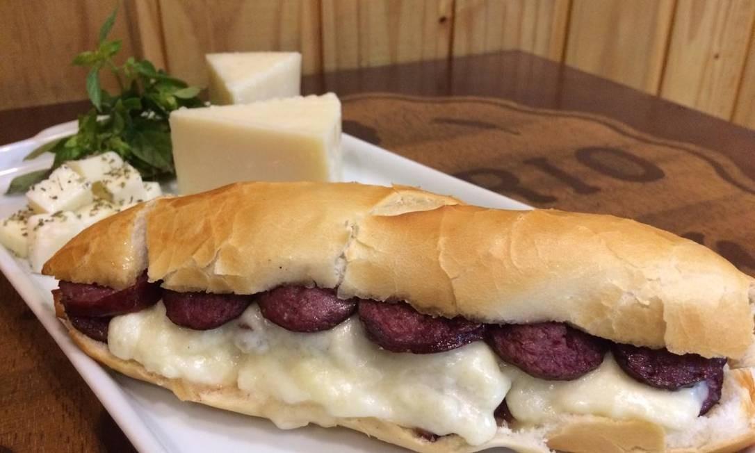 O sanduíche de linguiça de cordeiro (R$ 12) com queijo de ovelha no pão francês é a sugestão do Empório da Ovelha: o cliente pode escolher entre feta, branco, mozarela e pecorino Foto: Divulgação / Divulgação