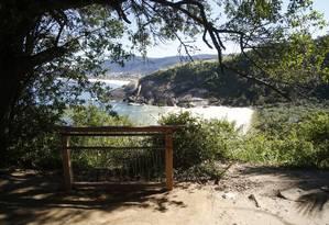 A espécie de guarda-corpo instalado num acesso à Praia do Sossego para facilitar os visitantes na hora de fotografar esse pedaço de paraíso na Região Oceânica Foto: Fábio Guimarães / Agência O Globo