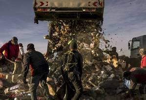 Luta pela sobrevivência. Em aterro sanitário da Argentina, pessoas buscam roupas, alimentos e materiais; 163 milhões de latino-americanos vivem na pobreza, e mais 82 milhões na extrema pobreza Foto: SARAH PABST / NYT