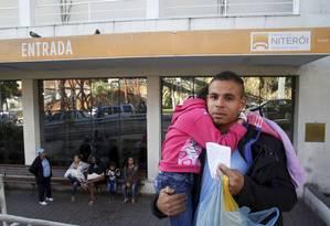 Cético. Com a filha no colo, Silva decide ir a outro hospital ao saber que espera no Getulinho poderia durar seis horas Foto: Fábio Guimarães / Fábio Guimarães