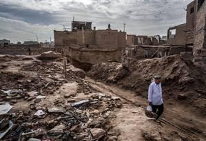Homem uigur caminha em Kasghar, China Foto: BRYAN DENTON/The New York Times
