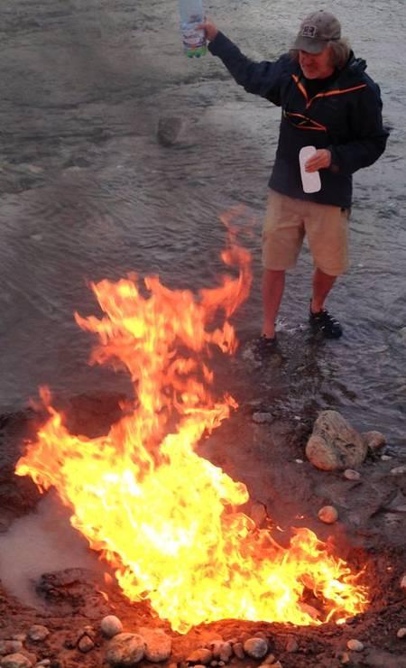O paleontólogo Mark Norell usa um truque para coletar fósseis em condições úmidas: encharcar o invólucro de gesso que cobre o fóssil com gasolina e atear fogo Foto: Divulgação/Aino Tuomola