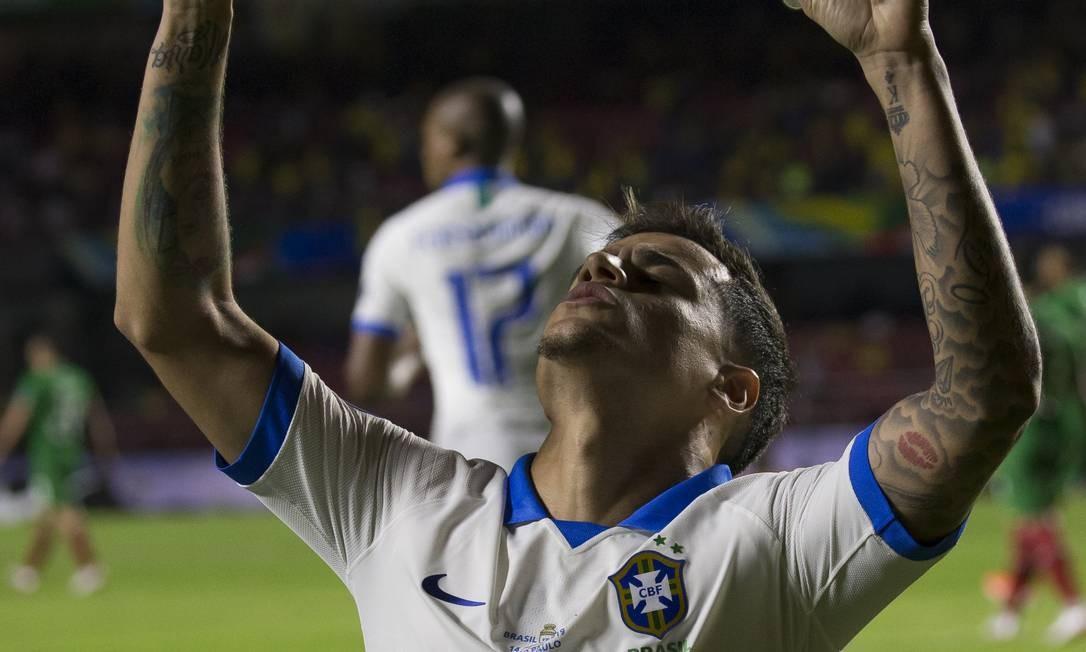 Coutinho ergue as mãos aos céus ao fazer o primeiro gol Foto: Agência O Globo