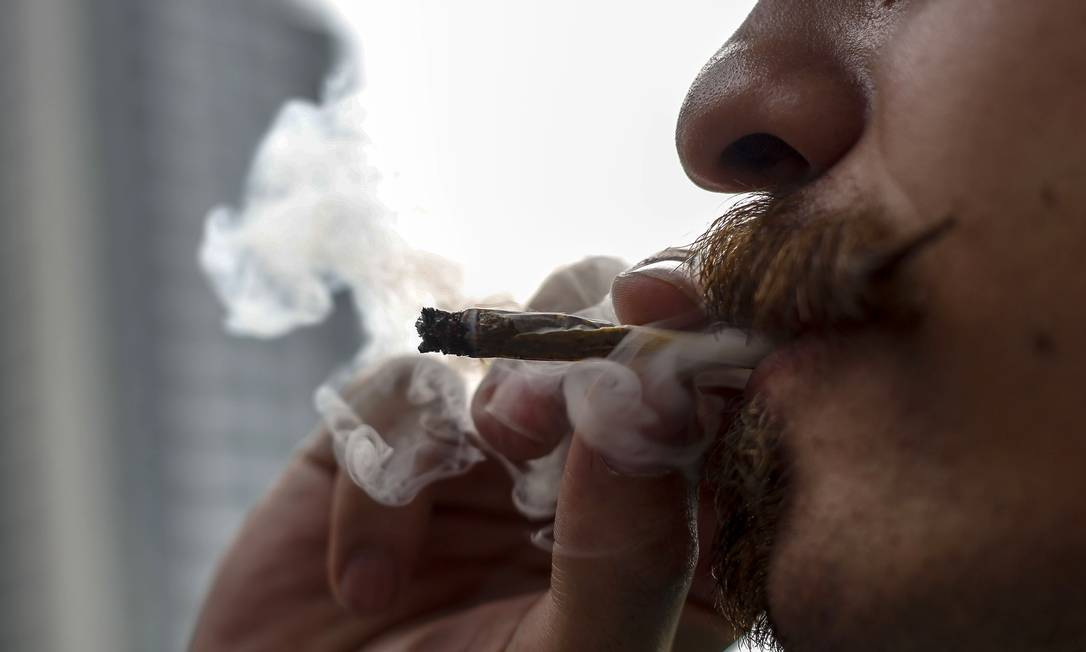 Homem fuma maconha na Avenida Paulista, em um protesto pela legalização da maconha Foto: MIGUEL SCHINCARIOL / AFP/1-6-2019