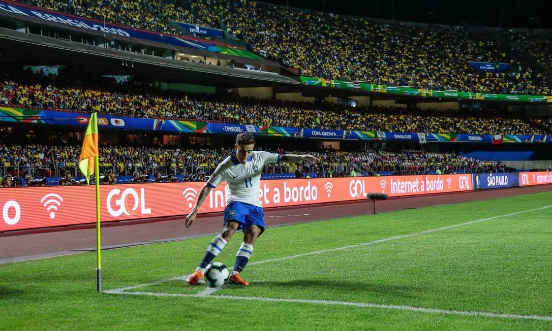 Philippe Coutinho bate um escanteio na partida contra a Bolívia, em São Paulo Foto: Anadolu Agency / Getty Images