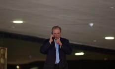 Ministro da Economia, Paulo Guedes fala ao telefone no Palácio do Planalto Foto: ADRIANO MACHADO 13-07-2019 / REUTERS