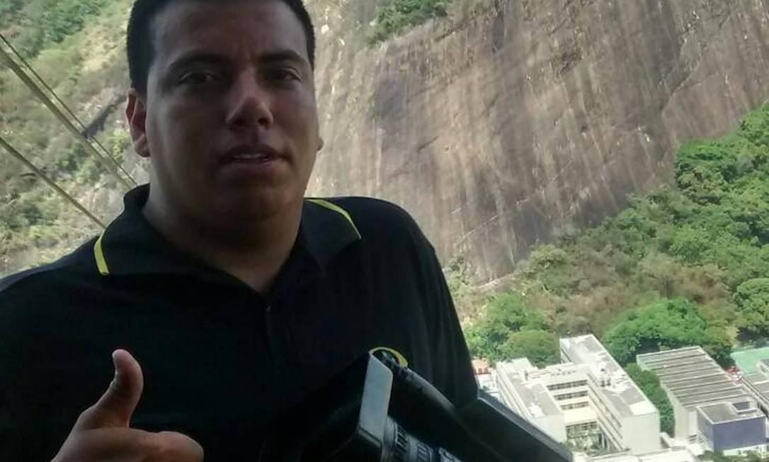 O cinegrafista Rafael Santos, de 34 anos, foi a vítima fatal de confronto na tarde deste sábado no Morro da Coroa Foto: Reprodução / Facebook