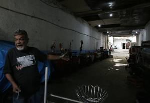 Luís Antonio Freitas ocupa parte de um sobrado do estado na Rua do Riachuelo há cinco anos. Ele guarda no local carrocinhas de ambulantes que trabalham na região e diz que amigo queria transformar área em estacionamento Foto: Antonio Scorza / Agência O Globo