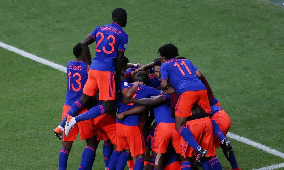 Jogadores da Colômbia comemoram o gol Foto: RODOLFO BUHRER / REUTERS