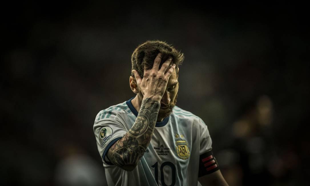 O jogador Messi lamenta o gol sofrido pela Argentina e a derrota para o time colombiano Foto: Guito Moreto / Agência O Globo