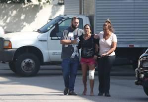 Karla Luana, irmã de Rafael, é amparada por familiares no IML Foto: Pedro Teixeira / Agência O Globo