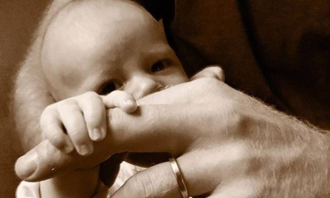 O pequeno Archie no colo do pai, o príncipe Harry Foto: reprodução / instagram