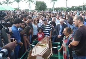 A deputada federal e cantora gospel Flordelis se despede do marido no sepultamento, realizado em Niterói Foto: Fabiano Rocha / Agência O Globo