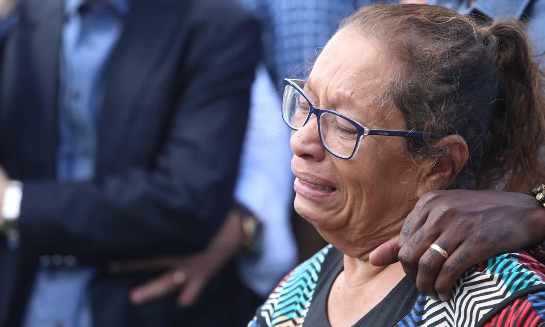 O pastor chegou a ser socorrido, mas não resistiu. A mãe de Anderson no enterro Foto: Fabiano Rocha / Agência O Globo