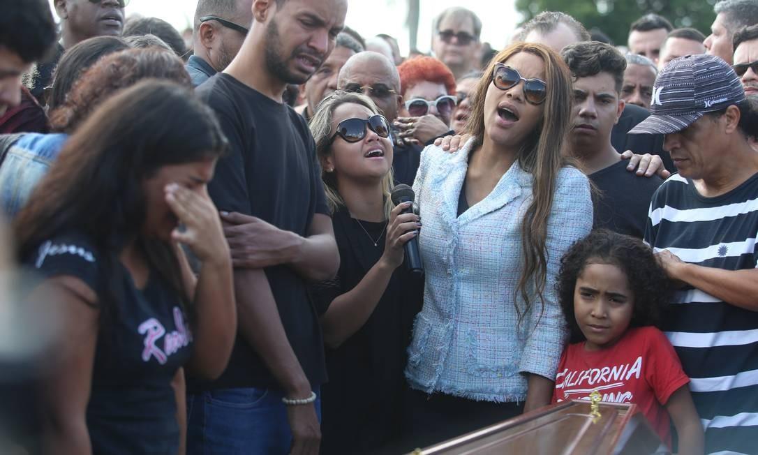 Em seguida, após o som dos disparos, os parentes desceram e já o encontraram baleado próximo ao veículo Foto: Fabiano Rocha / Agência O Globo