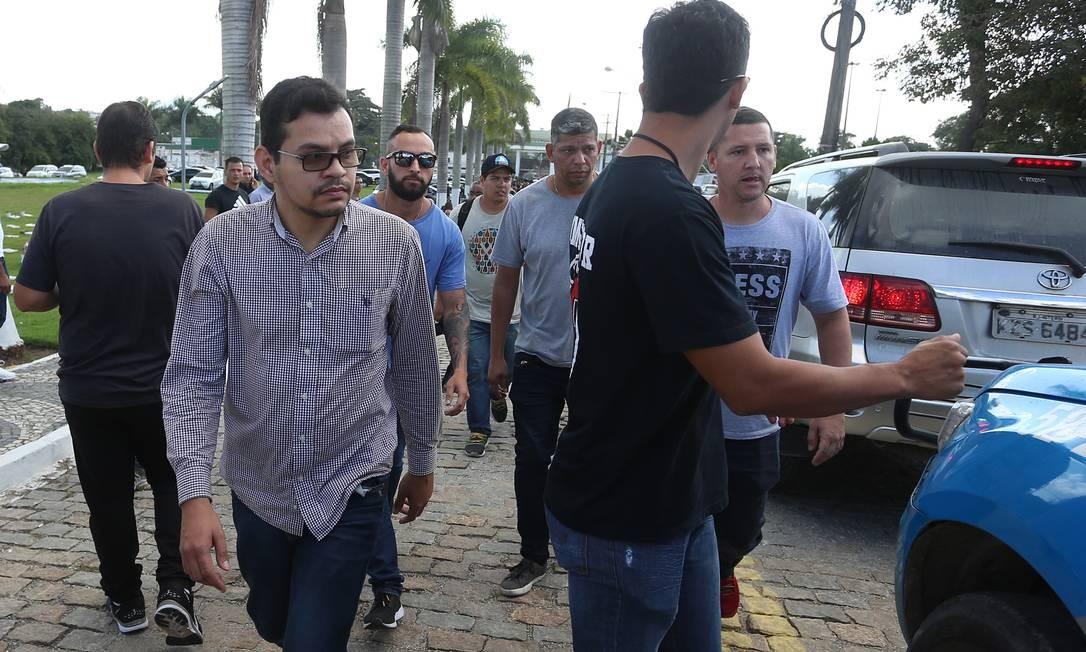 Flávio Rodrigues de Souza (à esquerda, de óculos e com mangas compridas), de 38 anos, filho biológico de Flordelis, está sendo acusado pelo irmão de ser um dos mandantes do crime Foto: Fabiano Rocha / Agência O Globo