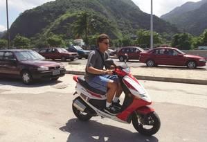 Jovem anda de ciclomotor no Rio Foto: Domingos Peixoto 19.03.1999 / Agência O Globo