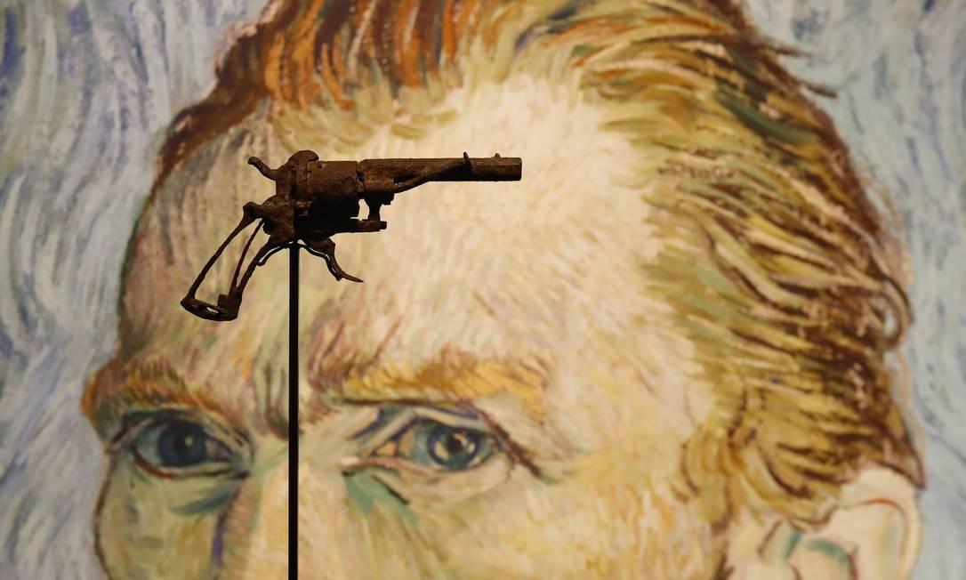 O revólver com que Van Gogh teria se matado, com o autorretrato ao fundo Foto: FRANCOIS GUILLOT / AFP