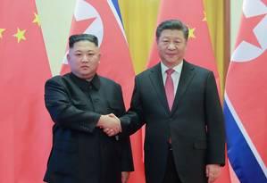 Xi Jiping, na foto com Kim Jong Un, será o primeiro líder chinês a visitar a Coreia do Norte em 14 anos Foto: KCNA VIA KNS / AFP/ 08-01-2019